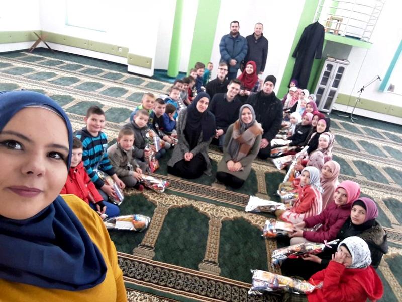 Posjeta studenata Islamskog pedagoškog fakulteta u Zenici Ahmićima i podjela paketića polaznicima mektebske nastave